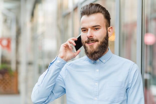 Retrato, de, um, feliz, homem, falando telefone móvel