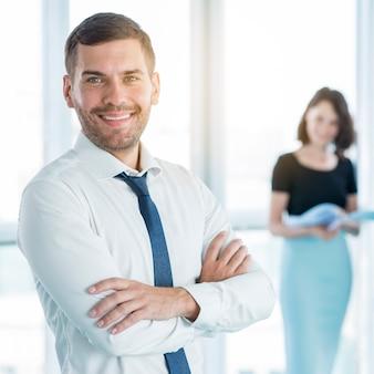 Retrato, de, um, feliz, homem negócios, com, braços dobrados