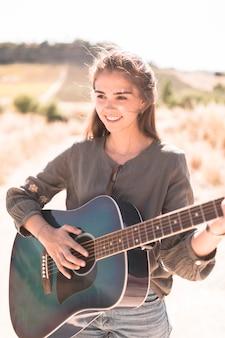 Retrato, de, um, feliz, menina adolescente, violão jogo