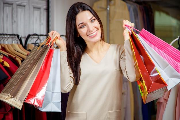Retrato, de, um, feliz, menina, com, compras