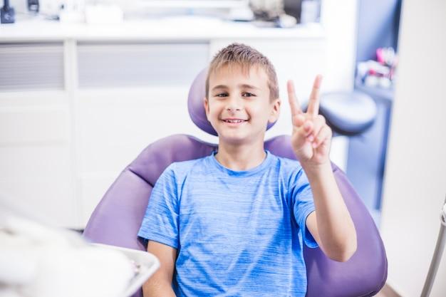 Retrato, de, um, feliz, menino, gesticule, vitória, sinal, em, clínica