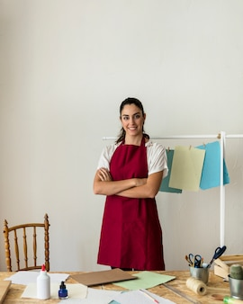 Retrato, de, um, feliz, mulher jovem, em, oficina