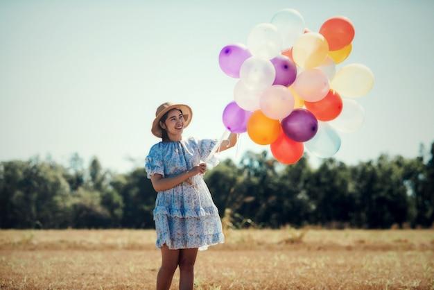 Retrato, de, um, feliz, mulher jovem