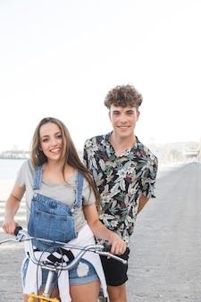 Retrato, de, um, feliz, par jovem, com, bicicleta
