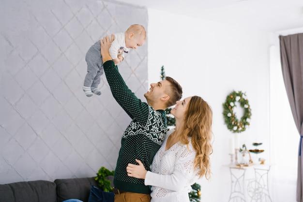 Retrato, de, um, feliz, sorrindo, e, alegre, família, em, a, sala de estar, decorado, para, natal