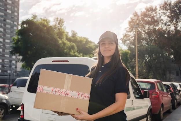 Retrato, de, um, femininas, courier, com, pacote