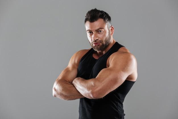 Retrato de um fisiculturista masculino forte sério