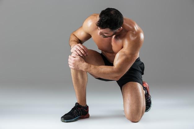 Retrato de um fisiculturista masculino musculoso forte