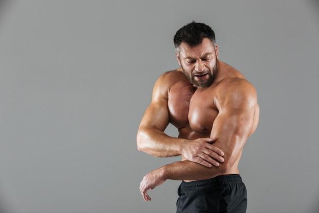 Retrato de um fisiculturista masculino musculoso