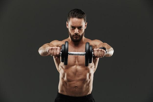 Retrato de um fisiculturista muscular concentrado