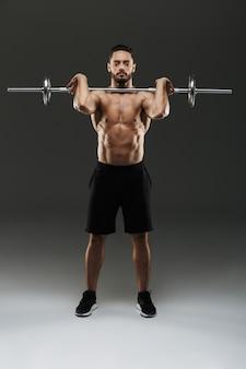 Retrato de um fisiculturista muscular sério