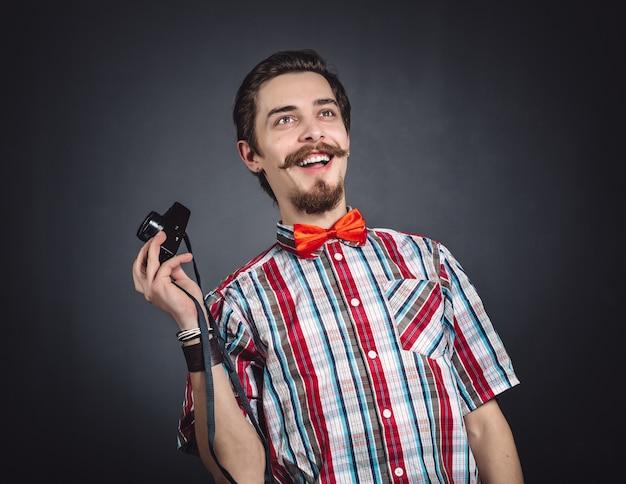 Retrato de um fotógrafo alegre em estúdio