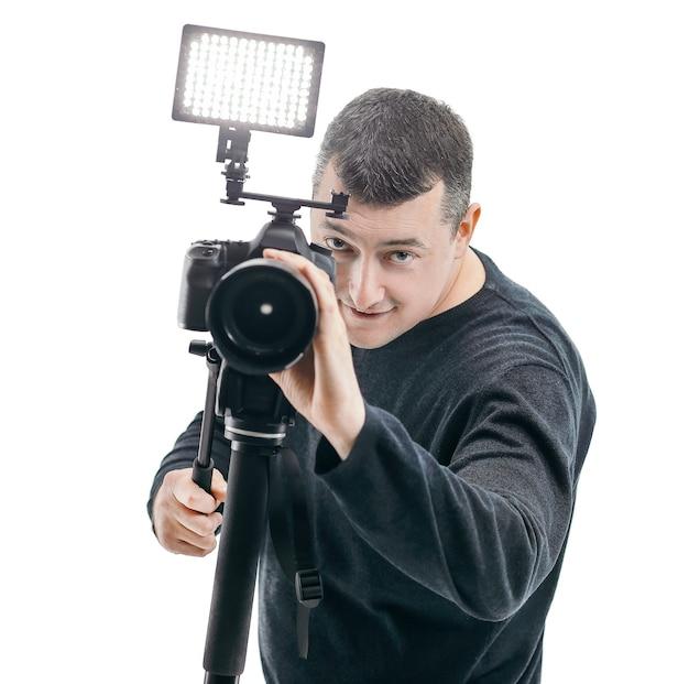 Retrato de um fotógrafo de sucesso isolado na parede branca.