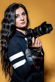 Retrato de um fotógrafo linda menina morena com cabelos longos cacheados