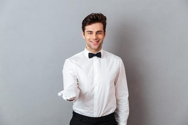 Retrato de um garçom masculino amigável sorridente