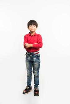 Retrato de um garotinho indiano asiático fofo de camisa vermelha com as mãos estendidas ou dobradas