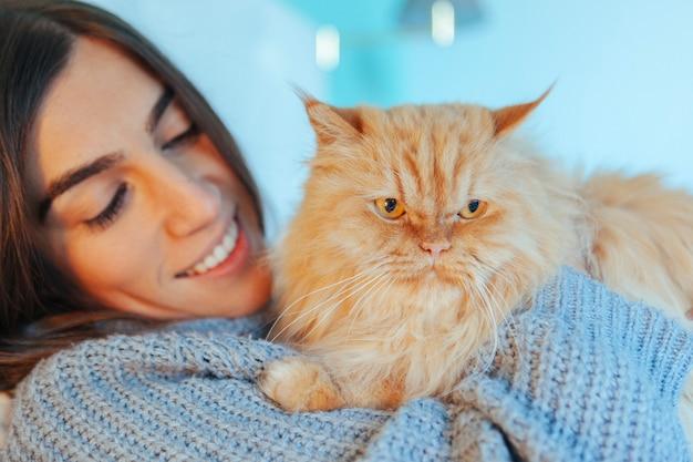 Retrato de um gato de abrigo com novo proprietário