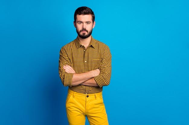 Retrato de um gerente inteligente, estrito e inteligente, de mãos cruzadas, prontas para decidir a decisão de trabalho, usar roupa xadrez isolada sobre cores vibrantes