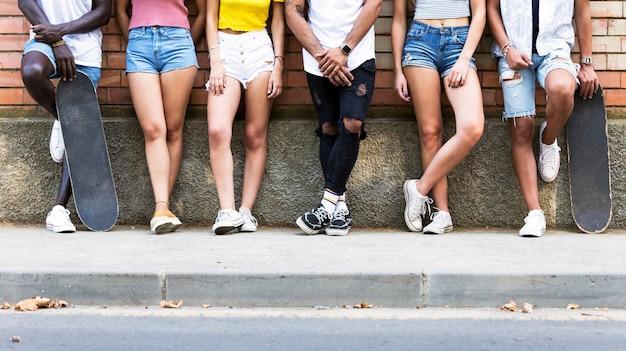 Retrato de um grupo de amigos jovens hippie posando em uma área urbana.