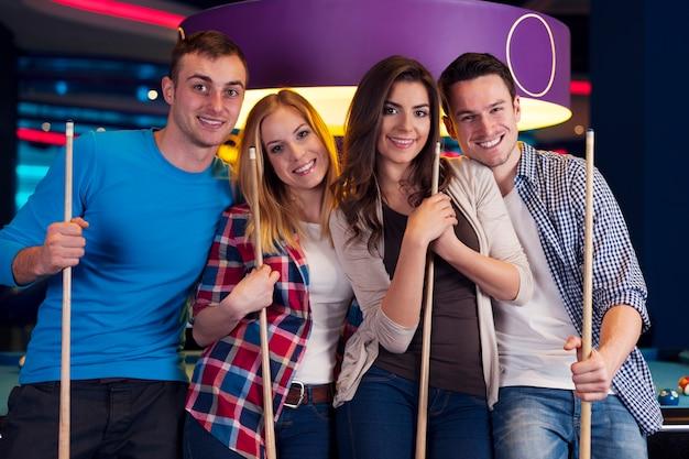 Retrato de um grupo de amigos no bilhar