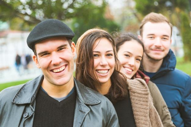 Retrato de um grupo de amigos turcos em istambul