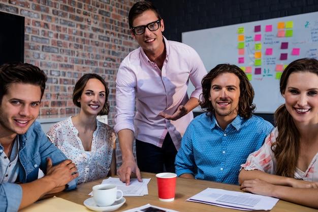 Retrato de um grupo de colegas de trabalho durante reunião