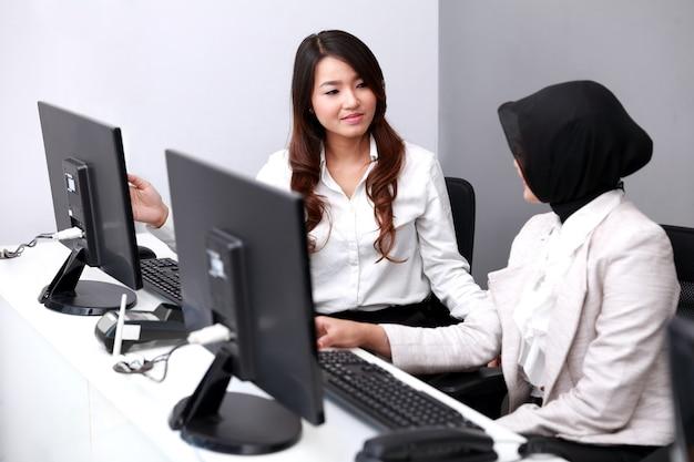 Retrato de um grupo de empresárias se encontrando no escritório