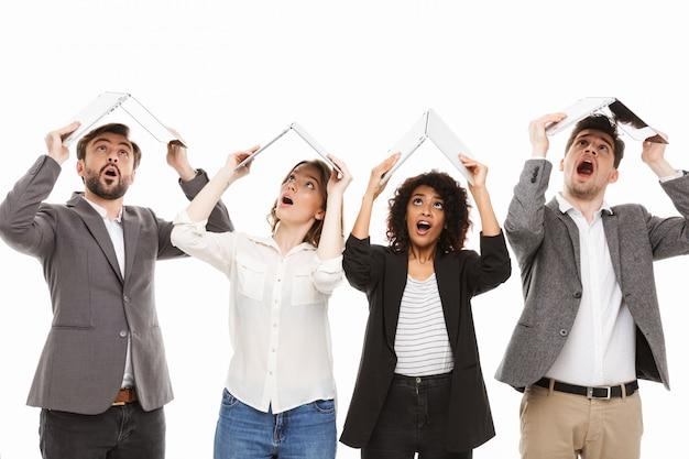 Retrato de um grupo de empresários multirraciais chocados
