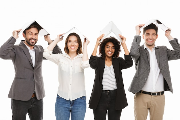 Retrato de um grupo de empresários multirraciais felizes