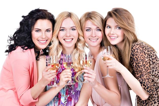Retrato de um grupo de jovens mulheres bonitas, festa e bebendo vinho - isolado no branco