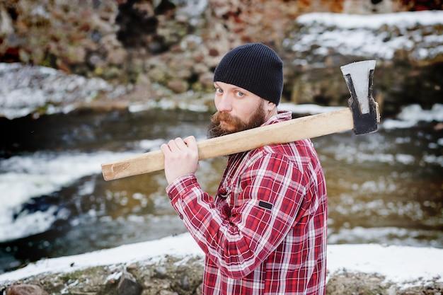 Retrato de um guarda florestal barbudo no inverno na floresta