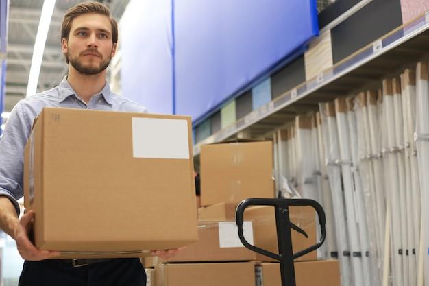 Retrato de um guardião sorridente do armazém no trabalho.