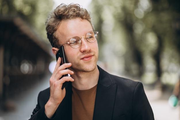 Retrato, de, um, hansome, homem fala, telefone