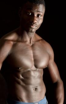 Retrato de um hombre sin camisa sobre fondo negro