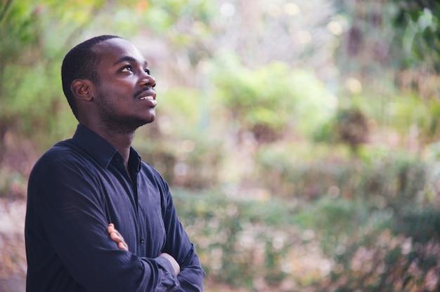 Retrato de um homem africano bonito pensando.