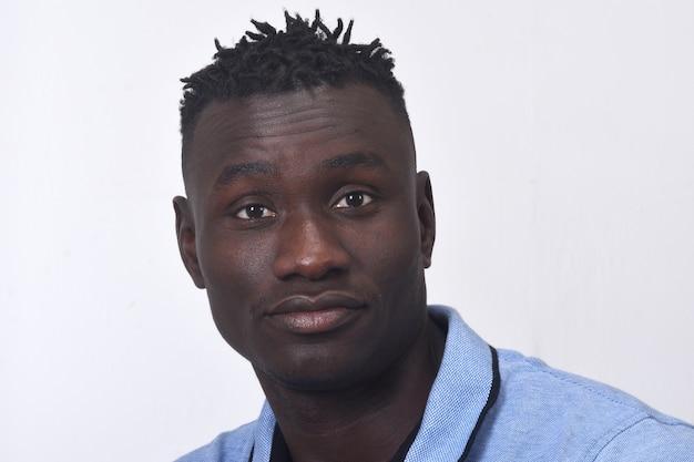Retrato, de, um, homem africano, branco, backgroud, sério