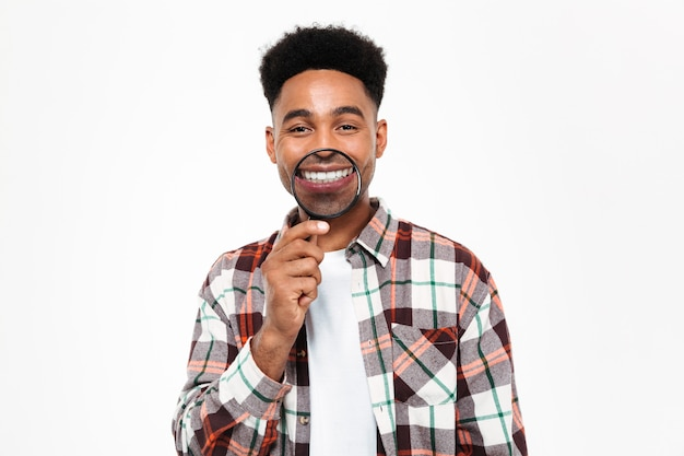 Retrato de um homem africano engraçado brincando com lupa