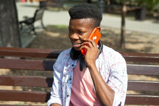 Retrato de um homem africano falando ao celular