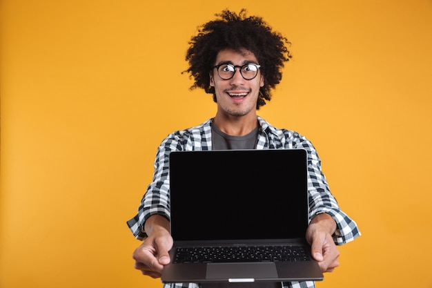 Retrato de um homem africano sorridente animado em óculos