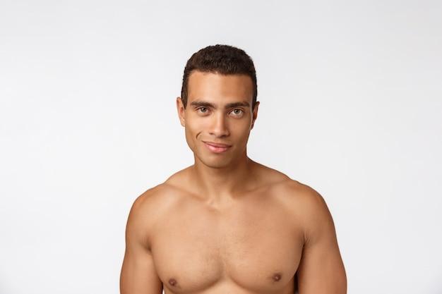 Retrato de um homem afro-americano musculoso sem camisa. isolado