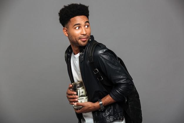 Retrato de um homem afro-americano suspeito na jaqueta de couro