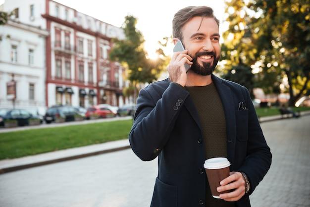 Retrato de um homem alegre, falando no celular
