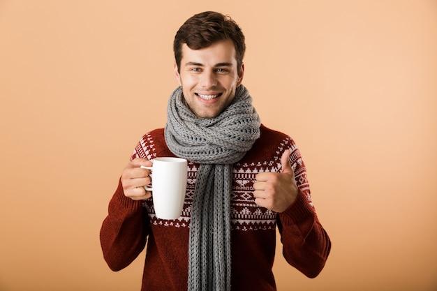 Retrato de um homem alegre vestido de suéter