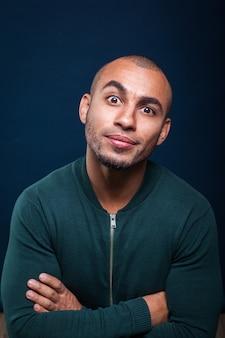 Retrato, de, um, homem americano africano, sorrindo, ligado, azul escuro