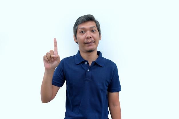 Retrato de um homem animado apontando o dedo isolado sobre fundo branco