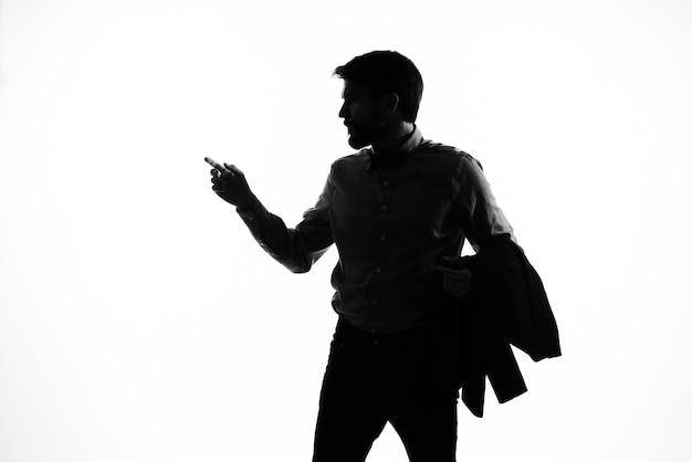 Retrato de um homem arma de sombra nas mãos de um detetive do crime incógnito