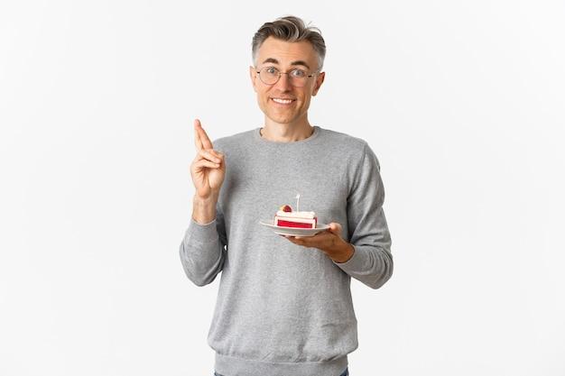 Retrato de um homem atraente de meia-idade comemorando seu aniversário