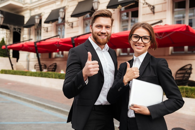 Retrato de um homem atraente e uma mulher felizes em roupas inteligentes