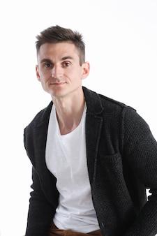 Retrato de um homem atraente em uma camisola