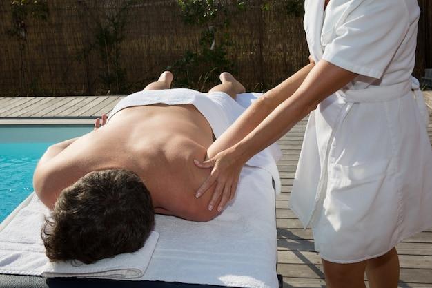 Retrato de um homem atraente, recebendo tratamento de spa
